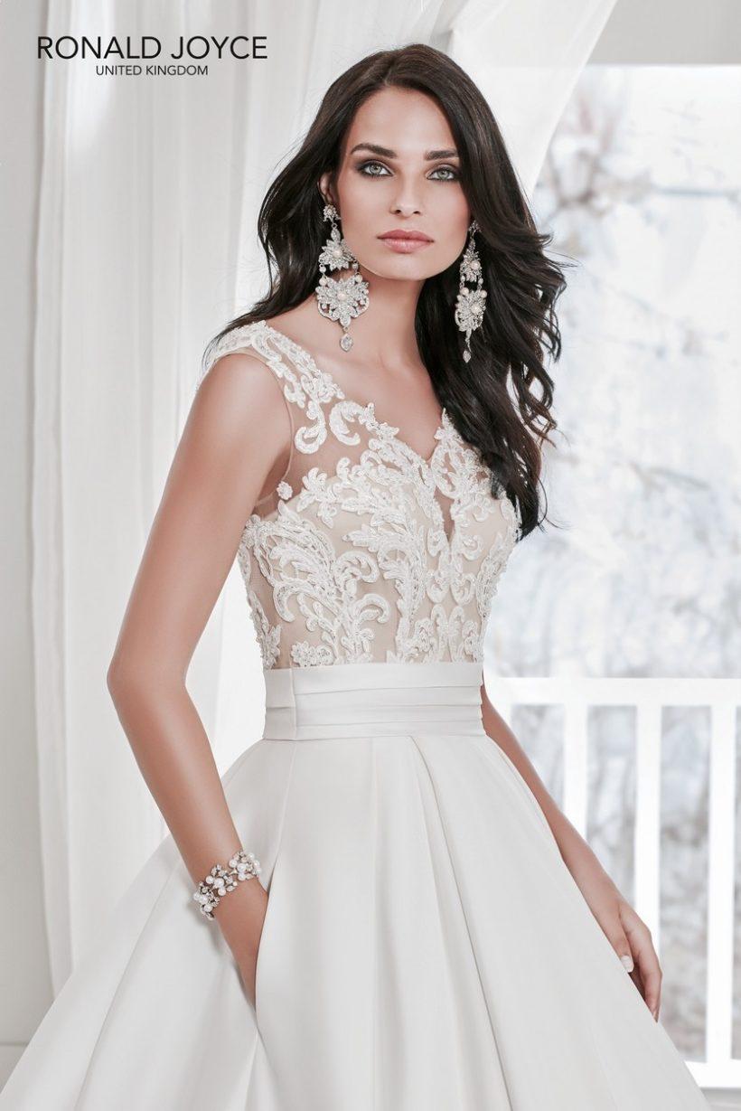 b41436c07c Rendkívül elegáns mikádó menyasszonyi ruha. Vállpántos, csipke  felsőrésszel, illúzió részletekkel, valamint rejtett