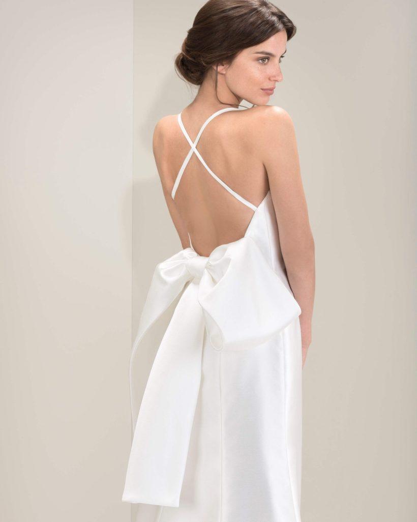 e49e1619b8 Lágy esésű, elegáns, magasan záródó soft szatén menyasszonyi ruha egyedi  pántos hátmegoldással, a