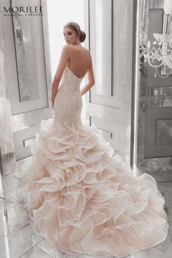 8dd5636571 ... sűrű Lélegzetelállító sellő fazonú menyasszonyi ruha a Main by Morilee  esküvő ruha kollekciójából kristálydíszítésű hímzéssel, sűrű