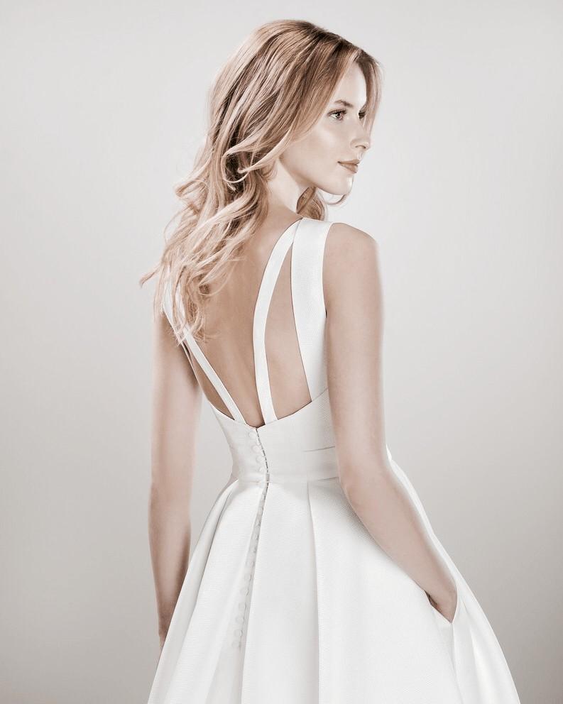 ebc1b6191b Szatén, magasan záródó menyasszonyi ruha pántos hátmegoldással. Érdekessége  a rejtett zseb. Kozelrol fotozva