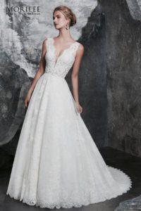 Klasszikus gazdagon hímzett csipke esküvői ruha vállpántos, áttetsző felsőrésszel V nyakkivágással, elegáns csipkeszoknyával. 1.foto