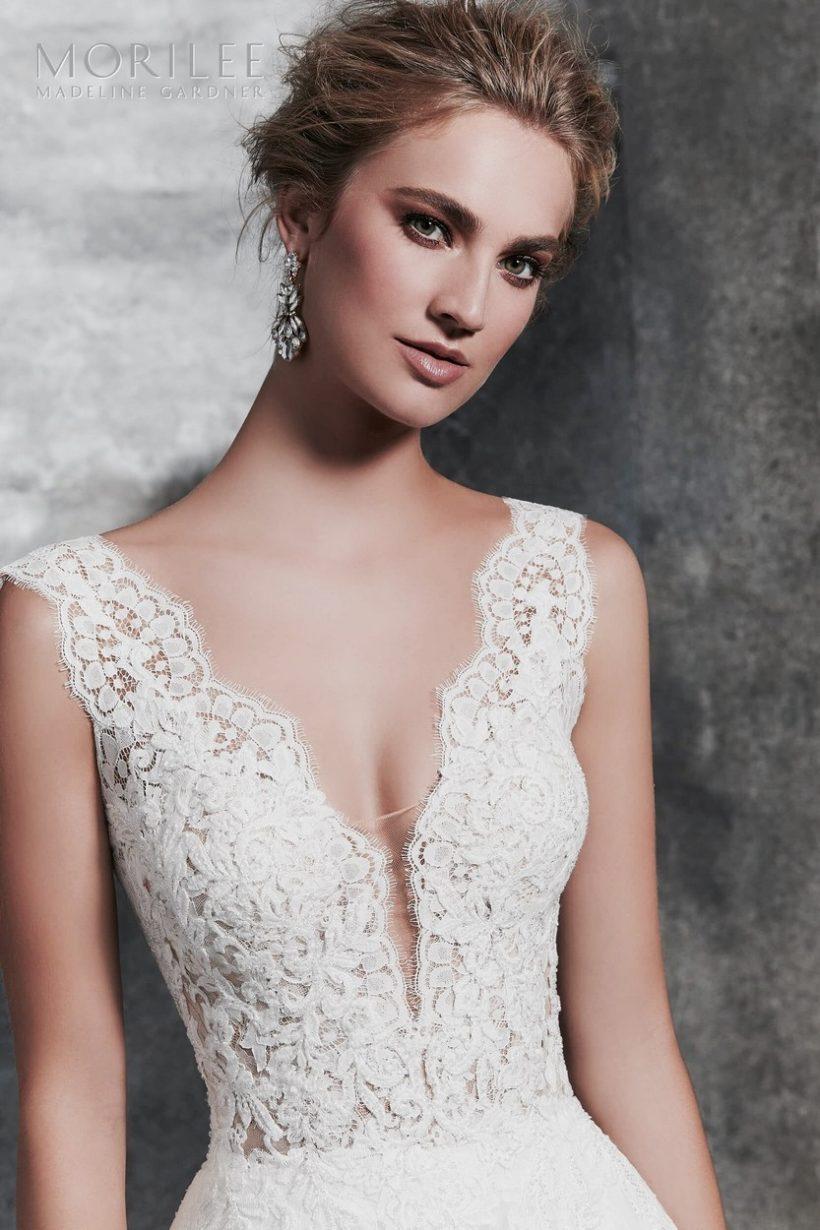 18f311f68f Klasszikus gazdagon hímzett csipke esküvői ruha vállpántos, áttetsző  felsőrésszel V nyakkivágással, elegáns csipkeszoknyával.