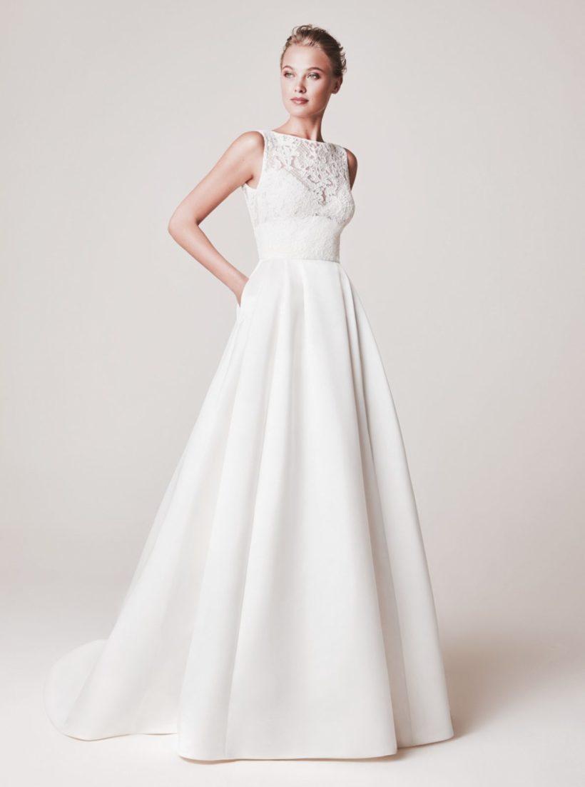 405ae87b2a Rendkívül elegáns szatén menyasszonyi ruha magasan záródó csipke  felsőrésszel, mély hátkivágással. Érdessége a szoknya