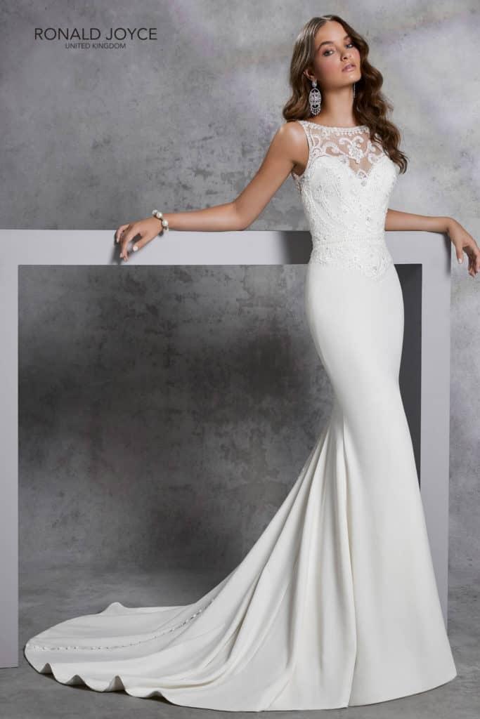 Magasan záródó csipke illúzió betéttel készült menyasszonyi ruha elegáns, különleges csipke hátmegoldású sellőruha.