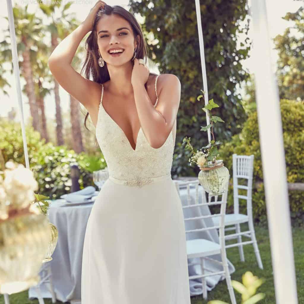 Modern és elegáns egyedi tervezésű menyasszonyi ruha. Egyediségét a kövekkel kivart felsőrész adja.8
