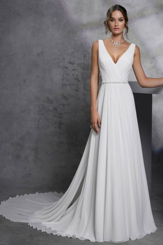 f27ed89fd1 Lágy esésű, A - vonalú, vállpántos organza menyasszonyi ruha V -  nyakkivágással, ...