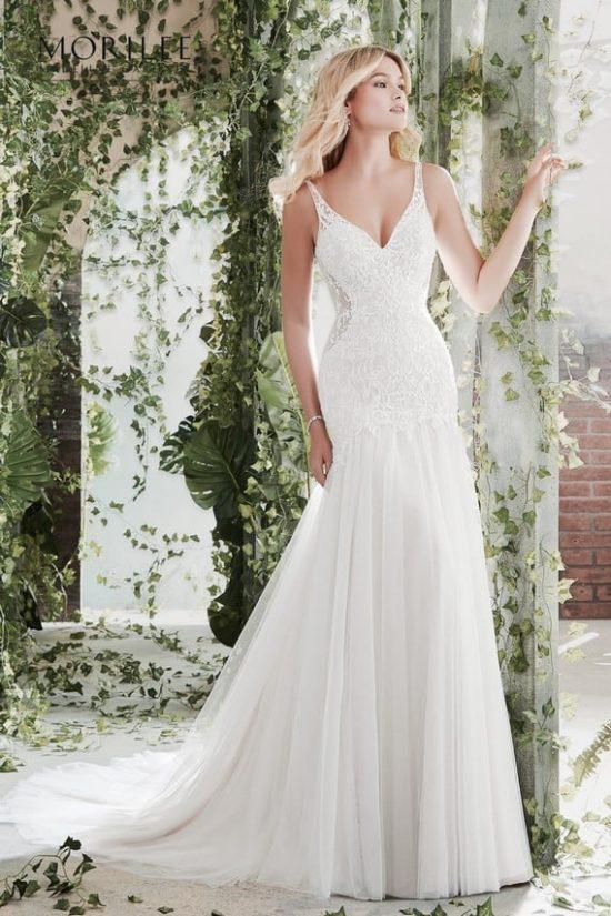 8251a98bb5 Elegáns, sellő fazonú, vállpántos esküvői ruha illúzió betétekkel díszített  csipke felsőrésszel és tüllszoknyával.