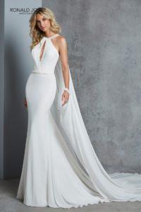 Elegáns, modern, fiatalos menyasszonyi egyedi mellkivágással. Különlegessége a lecsatólható, nyakpánttal összedolgozott uszály.1