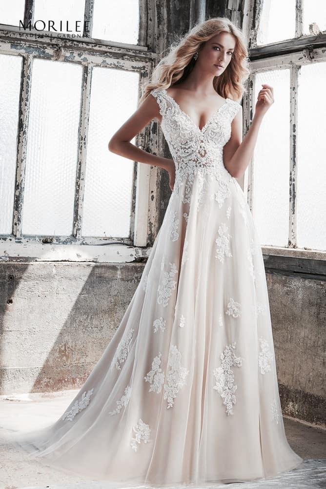 966d7bdf69 A vonalú esküvői ruha angol net anyagból, különleges hímzéssel. A  vállpántos ruha eleganciáját a
