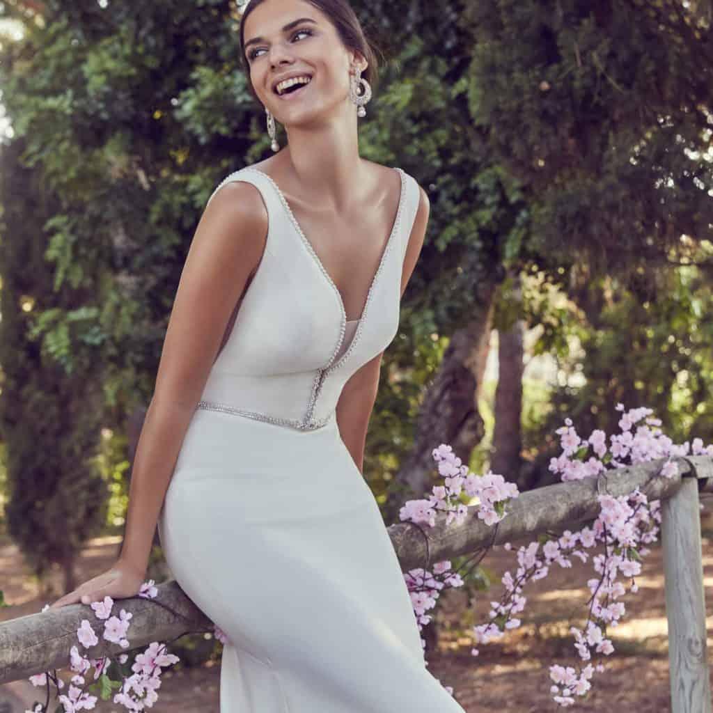 Modern, lágy esésű a test vonalát lazán követő vállpántos esküvői ruha. Modern illúzió betétek teszik egyedivé a modellt.4