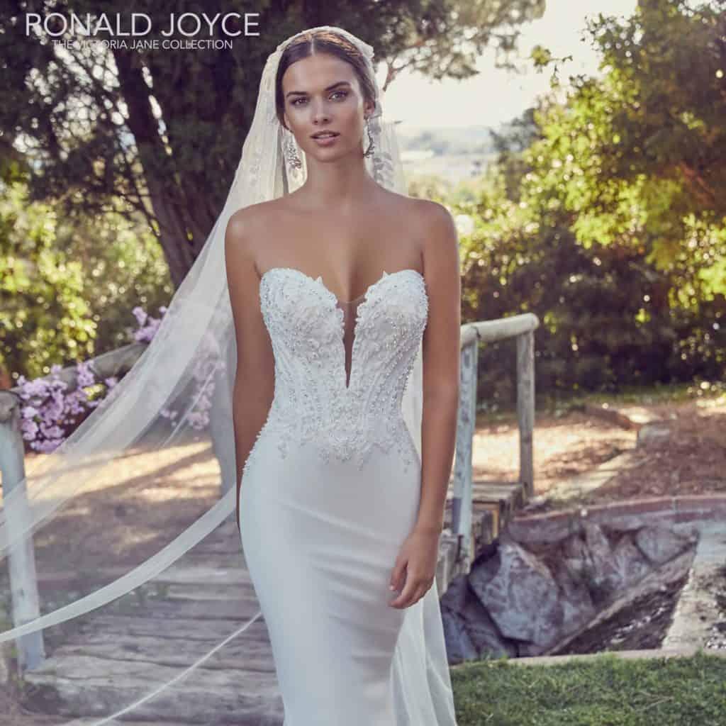 Elegáns, modern, fiatalos sellő fazonú esküvői ruha szív alakú mellkivágással. Különlegessége az egyedi csipkéből készült uszály.6
