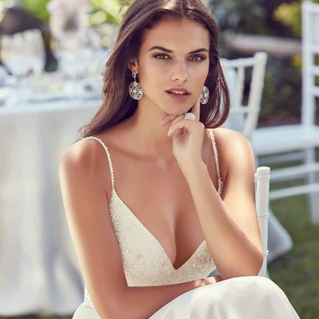Modern és elegáns egyedi tervezésű menyasszonyi ruha. Egyediségét a kövekkel kivart felsőrész adja.5