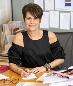 Mrs. Madeline Gardner, a Morilee vezető tervezője asztala mögött ahogy az következő évi eskuovi ruhakat tervezi.