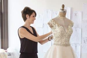 Mrs. Madeline Gardner a Morilee menyasszonyi ruha kollekció vezeto tervezoje eskuvoi ruha keszitese kozben.