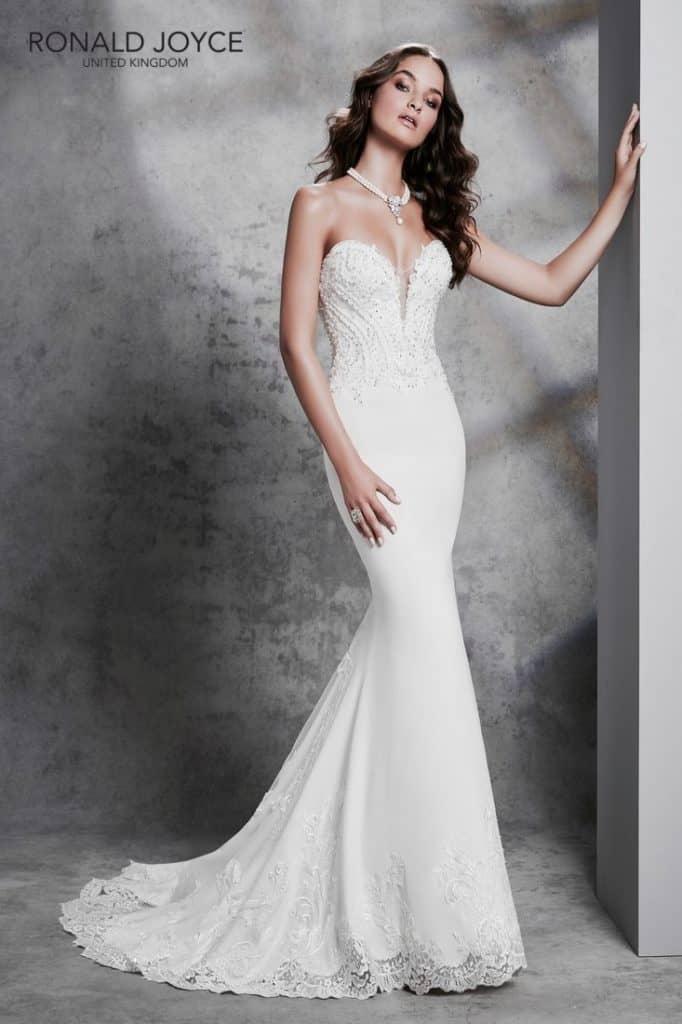 Elegáns, modern, fiatalos sellő fazonú esküvői ruha szív alakú mellkivágással. Különlegessége az egyedi csipkéből készült uszály.1