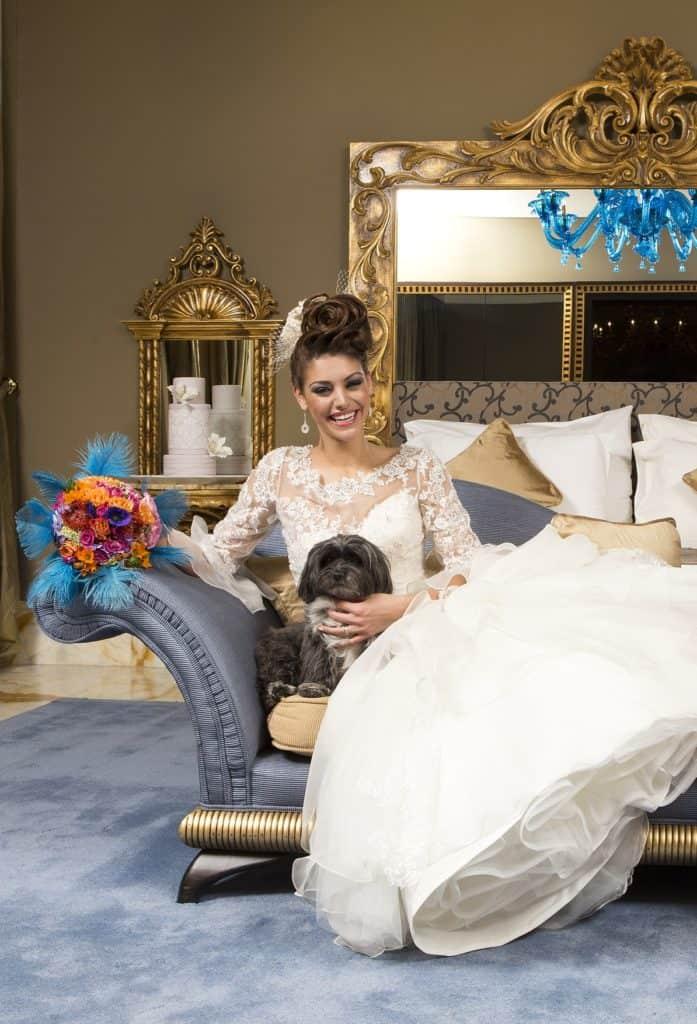 Bibi, az Eklektika esküvői ruhaszalon Budapest kiskutyája Kulcsár Edina szépségkirálynővel fotózva.