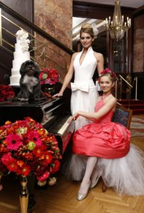 Bibi, az Eklektika esküvői ruhaszalon Budapest kiskutyája fotózás közben az Astoria hotelben