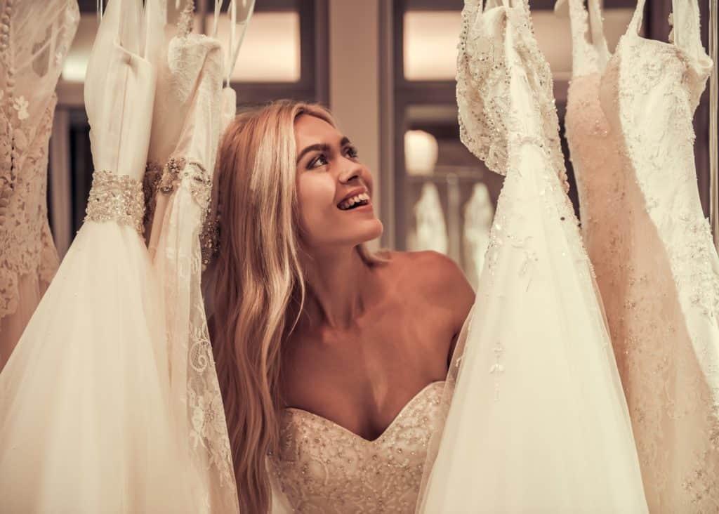 Menyasszonyi ruhák között