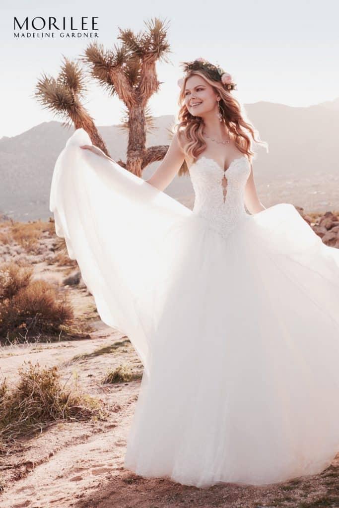 Gyöngyökkel és kristállyal hímzett alencon csipke applikácóval díszített tüll hercegnő stílusú Morilee menyasszonyi ruha. Style: Rosalie