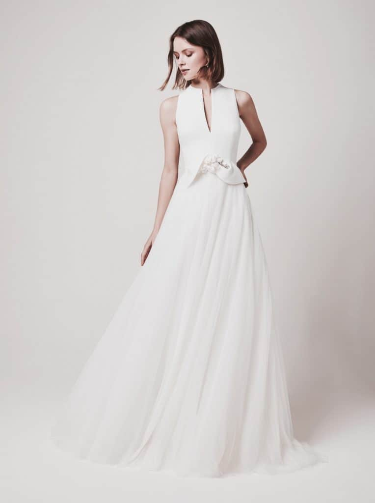 Elegáns, letisztult, haute couture esküvői ruha lágy tüllszoknyával, crepe bodyval, különleges masnival a derekán. Designer modell. Style: Jesus Peiro 101