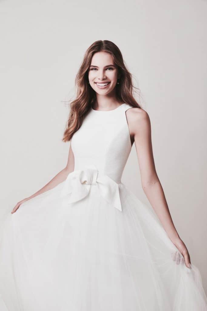 Tüll haute couture esküvői ruha a Jesus Piero 2020 évi kollekciójából. Elegáns, magasan záródó nyomott mintás body, hatalmas tüll soknyával. közelről fotózva
