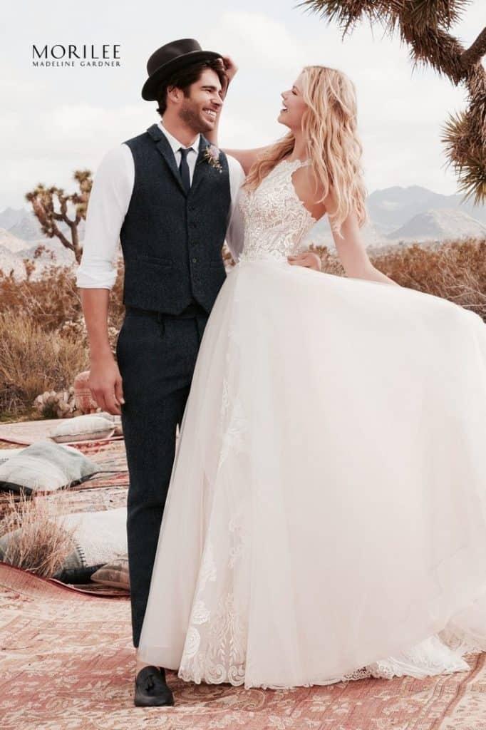 """Rebecca/2071. esküvői ruha a Morilee, 2020 évi """"Desert Dreams"""" kollekciójából. A- vonalú, organza menyasszonyi ruha csipke rátéttel. Magasított dekoltázs és nyitott hát jellemzi. A lecsatolható tüllszoknya a modell tartozéka. image2"""