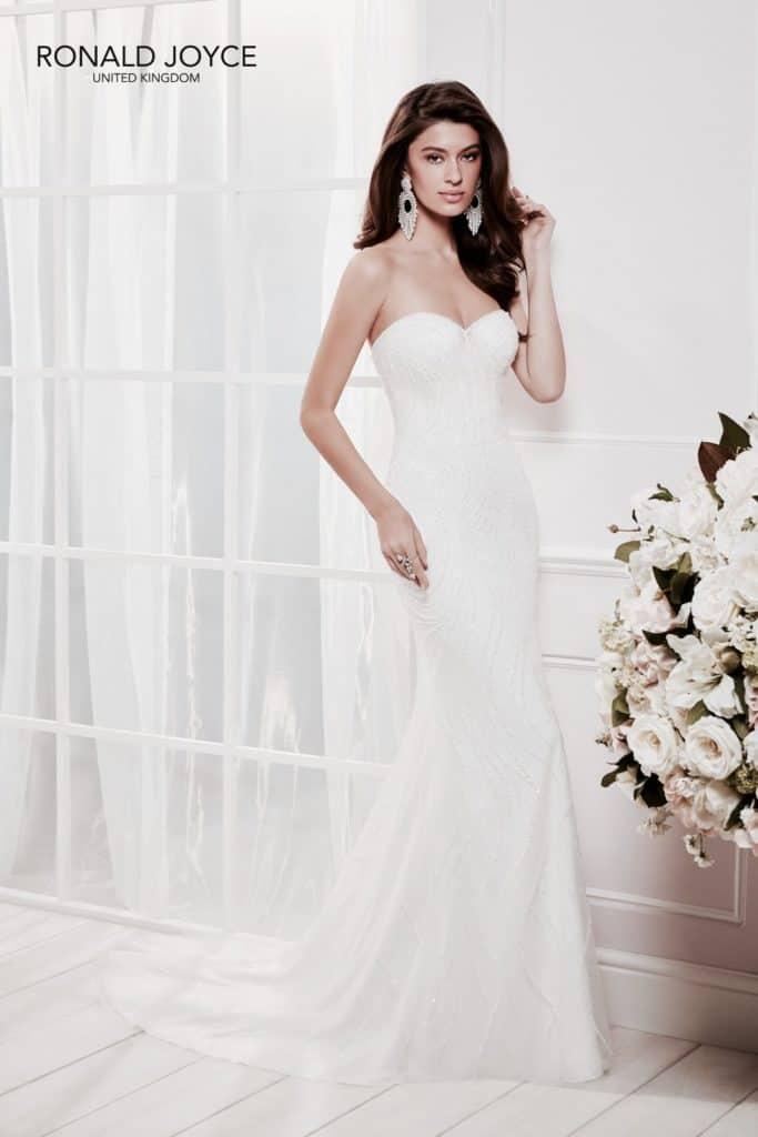 Elegáns sellő fazonú, csillogó tüll esküvői ruha gyöngyökkel díszítve, szív alakú kivágással. Renkdívül különleges designer modell, igazi luxus! Kollekció: Ronald Joyce, Style: Cloe/69465. Image fotó
