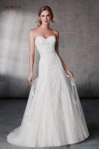 A-vonalú , a test vonalát lágyan követő finom, könnyed net anyagból készült esküvői ruha elegáns csipke hímzéssel, szív alakú nyakkivágással. Közelről fotózva