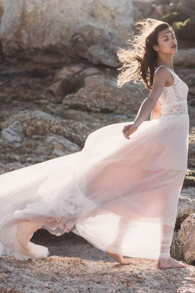 Tengerparti esküvői ruha. Lágy esésű, A vonalú, romantikus, de ugyanakkor bohém modell organza szoknyával és vállpántos csipke bodyval. Fara Sposa: 5694