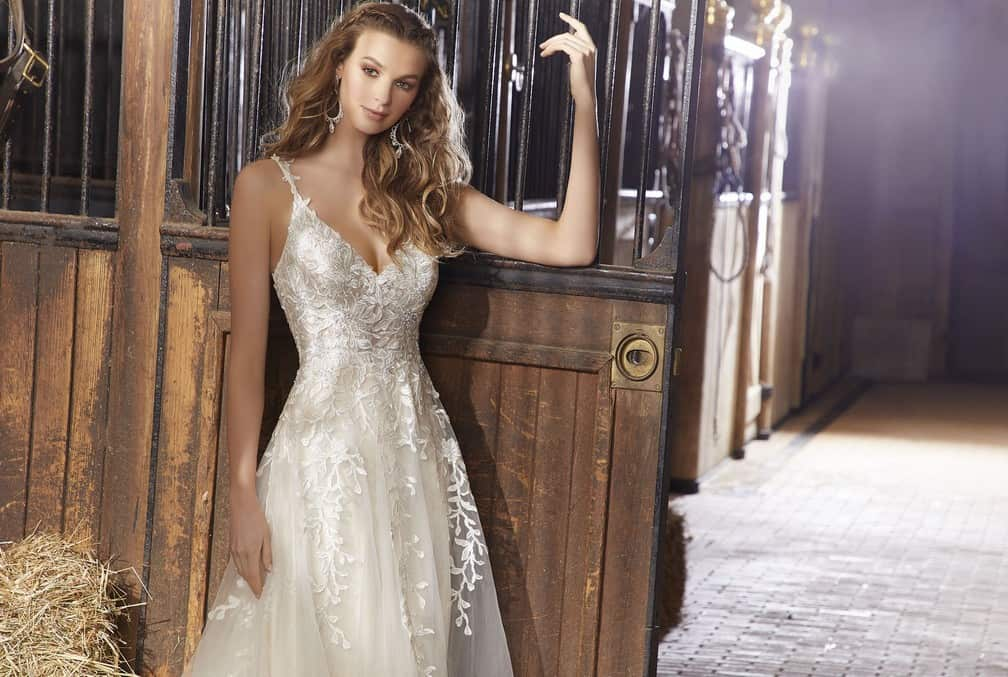 Könnyű, bohém stílusú, vállpántos organza esküvői ruha csipke díszítéssel a Voyage by Morilee 2020 évi kollekciójából. Image fotó
