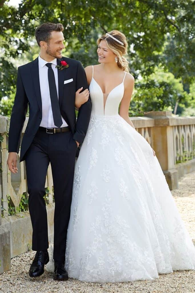 """Designer princess style esküvői ruha modern menyasszonyoknak. Elegáns, mélyen kivágott, vállpántos szatén body testszínű tüllel. A szoknya kristály csillogású organza csipkével díszítve, hatalmas """"cathedral lenght"""" uszállyal. Image fotó"""
