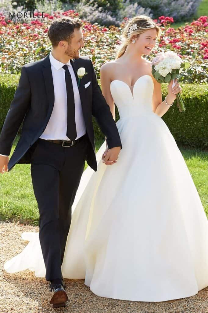 """Elegáns, letisztult, egyszerű! A vonalú esküvői ruha szatén és organza kombinációjával. A mély szív alakú kivágást az illúzió részletek teszik teljessé. Style: """"Sadie/2138"""" a Morilee 2020 tavaszi kollekciójából. Image fotó 02"""