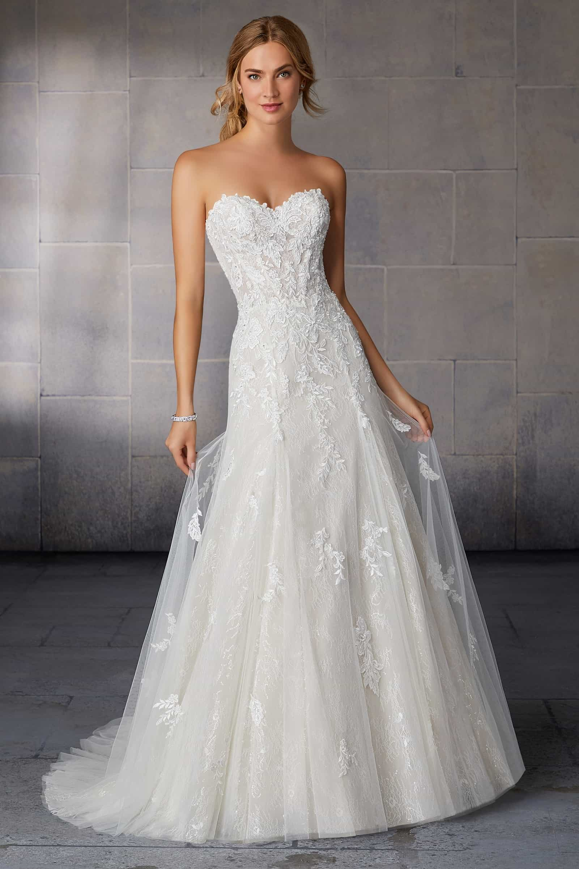 A vonalú tüll esküvői ruha csipkedíszítéssel, szív alakú kivágással. Style: Shelly/2122