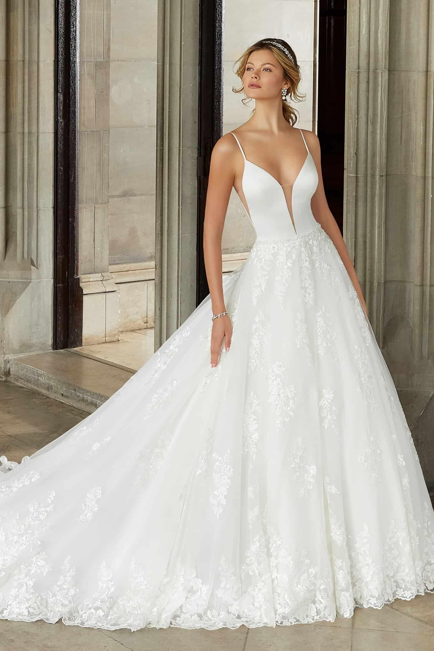 """Elegáns, modern, hercegnő stílusú esküvői ruha szatén bodyval és hatalmas csipkeszoknyával. Style: """"Suki/2125"""" a Morilee 2021 évi előkollekciójából."""