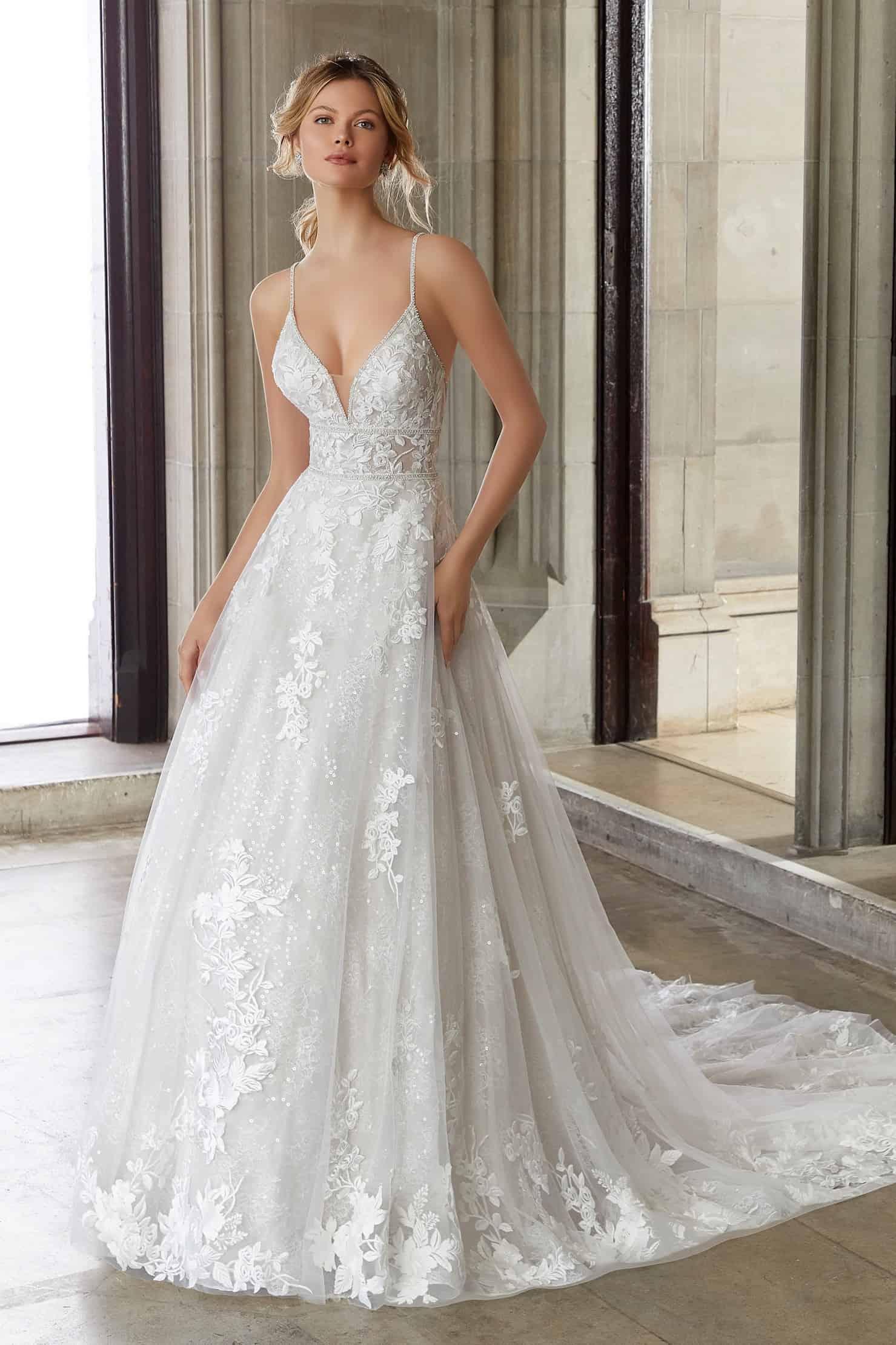 Vállpántos csipke, A vonalú esküvői ruha elegáns övmegoldással a Morilee 2021 évi előkollekciójából. Style: Skylar/2127