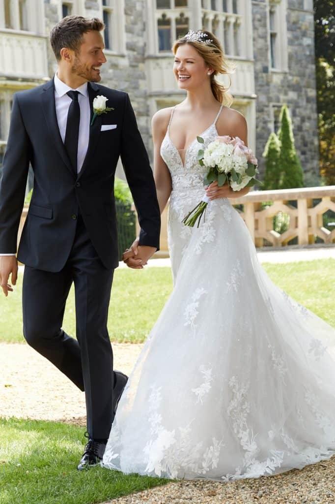 """Lágy esésű designer esküvői ruha az igazi luxus érzésével. Gyémánt csillogású soft net anyagból készült, pókhálófihomságú csipkével díszítve. Lélegzetelállító, könnyed, hercegnő stílusú menyasszonyi ruha mély V kivágással, vékony váll- és hátpánttal. Style: """"Skylar/2127"""" a Morilee 2020 tavaszik kollekciójából. Image 04"""