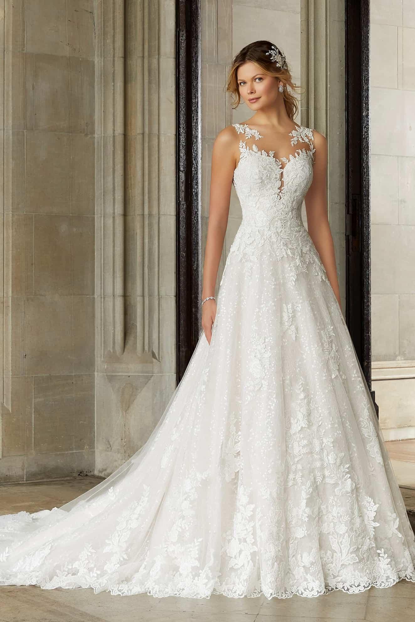"""A vonalú csipke esküvői ruha magas nyakkivágással, illúzió részletekkel díszítve. Style: Sansa/2130 a Morilee """"Reverie"""" kollekcióból"""