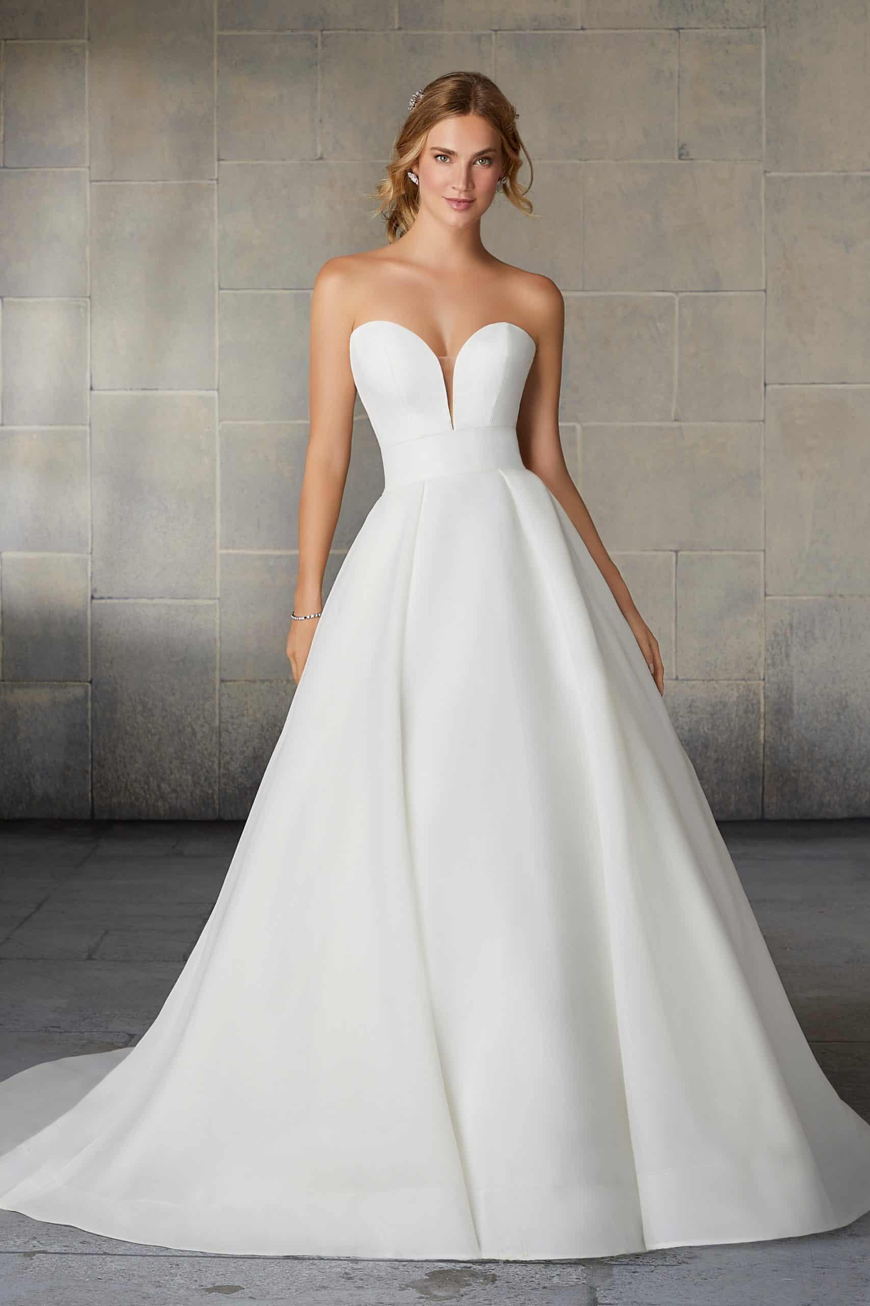 """Haute couture esküvői ruha a Morilee 2021 évi """"Reverie"""" kollekcióból. Elegáns menyasszonyi ruha szív alakú kivágással, hercegnő stílusú szoknyával hatalmas uszállyal. Style: Sadie/2138"""