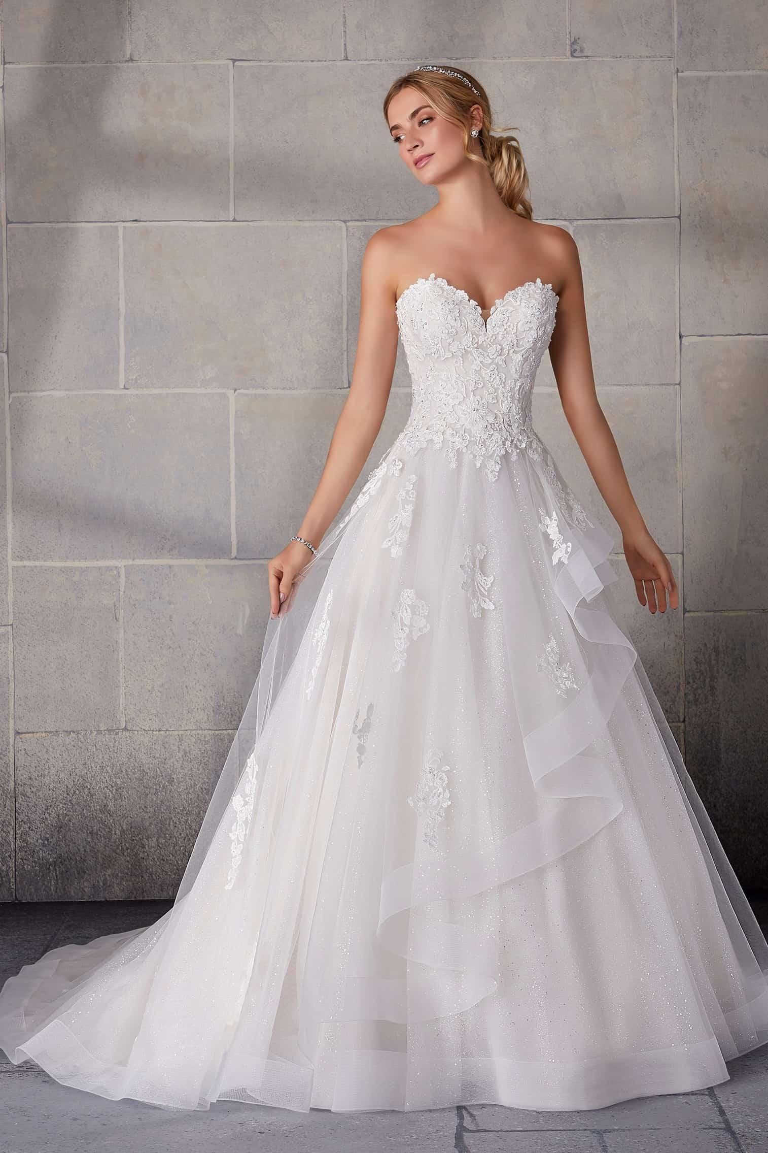 A vonalú tüll menyasszonyi ruha csipkedészítésű, fodros szoknyával, szív alakú csipke bodyval. Style: Shania/2140.