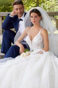"""Hercegnő stílusú modell asszimetrikus, fodros kristálytüll szoknyával, vállpántos csipkebodyval. Az esküvői ruha különlegessége a háton lévő keresztpánt. Style: """"5811/Sahara"""" a Morilee 2021 évi """"Reveire"""" előkollekciójából. Image fotó"""