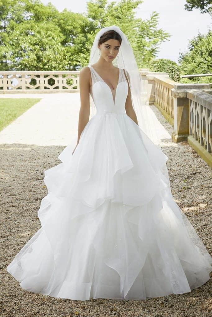"""Kristálytüllből készült modern, hercegnő stílusú esküvői ruha tüll vállpánttal, yitott hátmegoldással.Style: """"Stella/5818"""" a Morilee 2021 évi """"Reverie"""" kollekciójából. Elölről fotózva"""