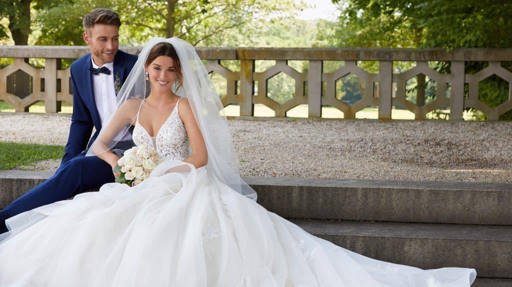 Kölcsönözzük vagy vásároljuk az esküvői ruhát. Blogbejegyzés kezdőfotója.Morilee 2021 évi menyasszonyi ruha kollekciójának image fotója