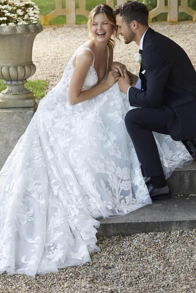 Virág mintájú, A vonalú, igazán nőies esküvői ruha vállpánttal és mély V kivágással. Style: Sheila/2135 a Morilee 2021 évi menyasszonyi ruha kollekciójából. Image02