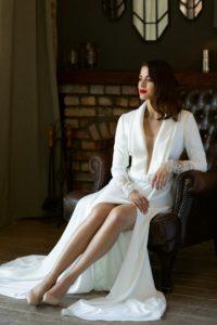 Hosszú ujjú,időtlenül elegáns, trendi esküvői ruha álomszerű részletekkel melyek visszatükrözik viselőjének a személyiségét. Gyönyörű, mély V kivágású, ujjas felsőrész egyedi csipkével díszített illúzió hátmegoldással és magasan sliccelt szoknyával a Higar Novias divatház Manu Garcia kollekciójából. Style: Prince. Modell: Csonka Rebeka /Magyarország Szépe 2019 - második udvarhölgy/ Image