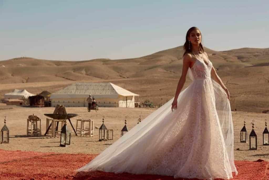 Rusztikus, virág mintájú csipkeből készült, A vonalú esküvői ruha lecsatolható tüllszoknyával. Style: Madi Lane