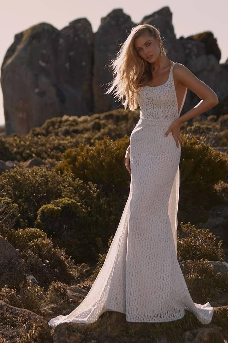 Minimalista stílusú, vállpántos, sellő fazonú csipke esküvői ruha levehető uszállyal a Madi Lane 2022 évi kollekciójából. Style: Camden Image fotó